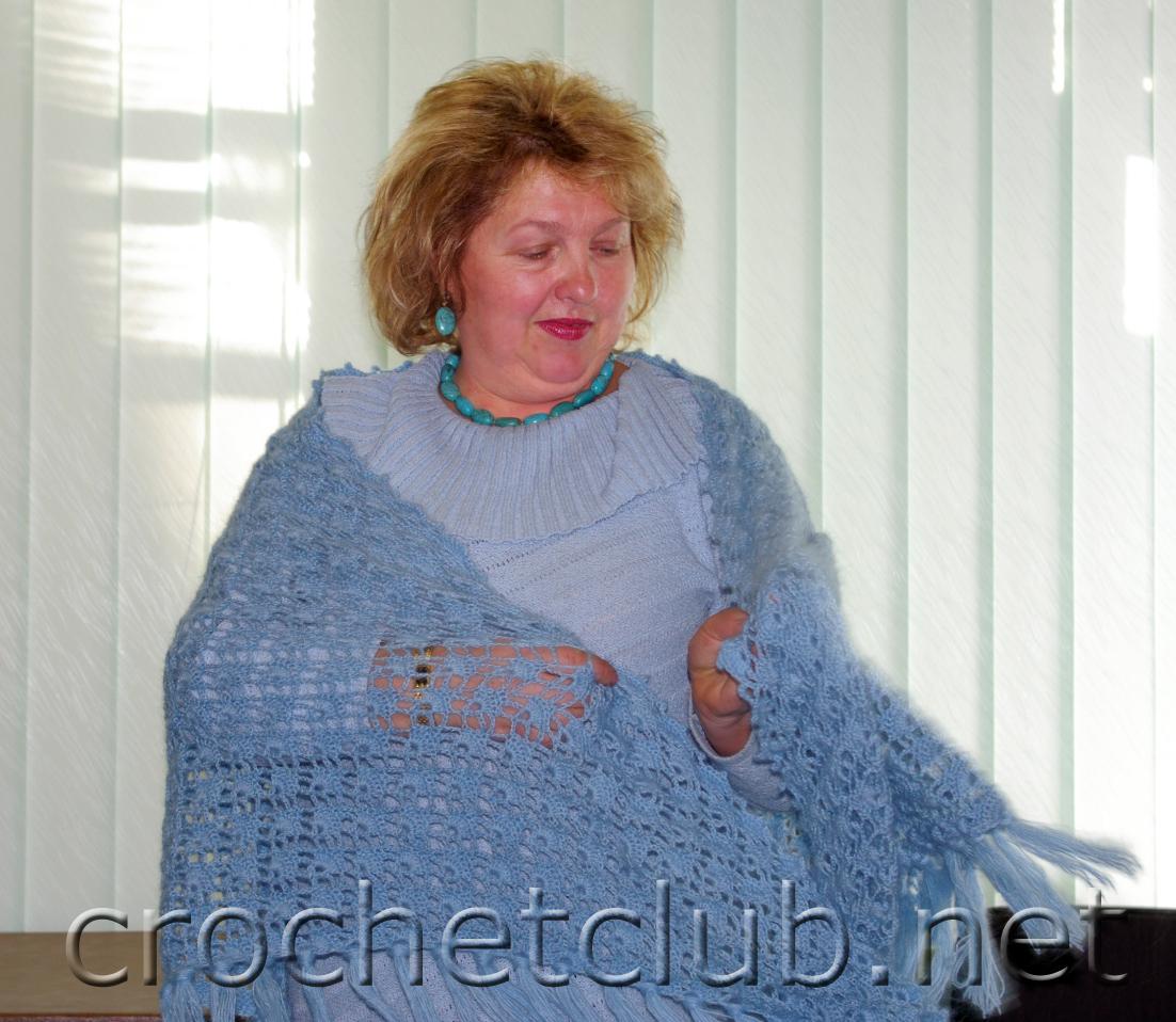 Думаю неплохой подарок на 8 марта бабушке, маме, свекровке, связаная своими руками шаль.  И красиво и тепло.