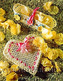 ...сатиновая тесьма шириной 0,6 см; маленькая бусинка цвета фуксии, искусственный цветок для шкатулки; немного.