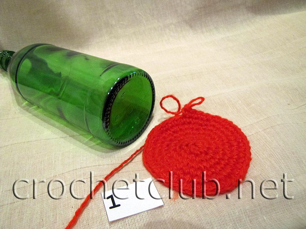 Вяжем круг столбиками без накида (чуть больше дна бутылки).  Далее.