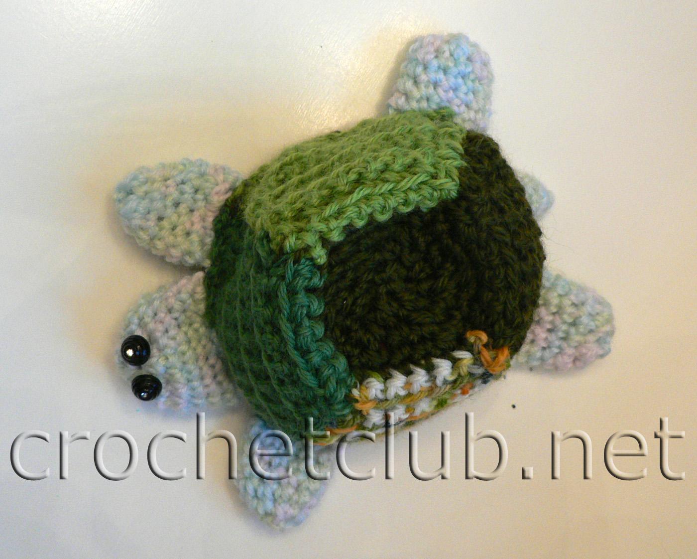 Убавки только по бокам.  Зеленый комплект для малыша, состоящий из ползунков, шапочки и игрушки-черепашки...