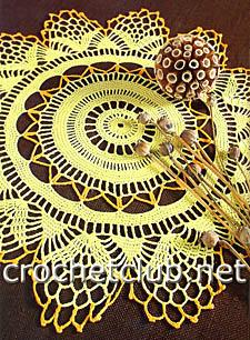 желтая вязаная салфетка