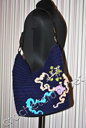 синяя сумочка обвязанная крючком