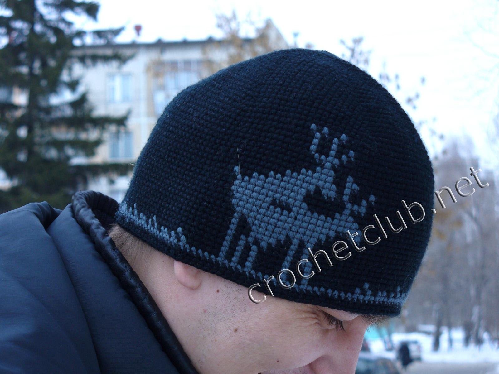 Мужская шапочка олени связанная в жаккардовой технике вязание