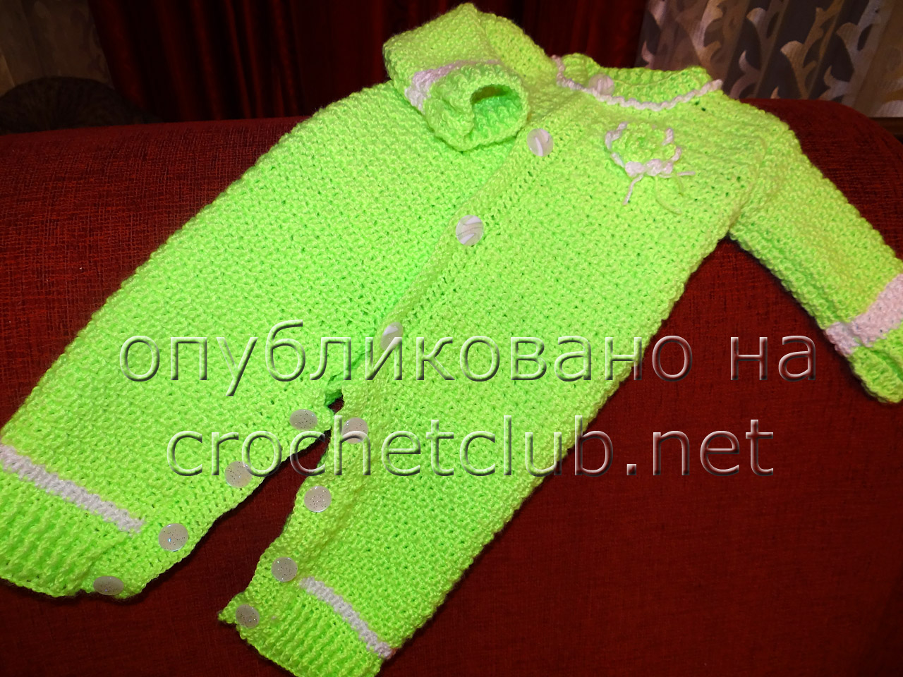 Яркий зеленый детский комбинезон крючком