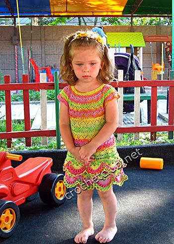 яркое вязаное платьице для малышки