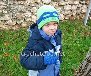 вязаная шапка и митенки для мальчика