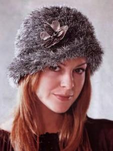Вязаная шляпка с кожаным цветком