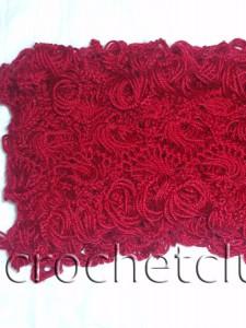 Красный шарф, связанный на вилке