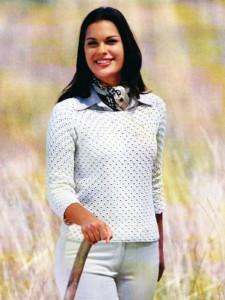 Вязаный белый пуловер