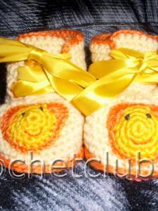 Желтые и голубые пинетки, связаные крючком