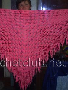 Розовая шаль, связанная крючком