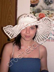 Широкополая шляпка, связанная крючком