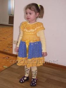 Теплое детское платьице крючком