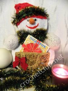 Вязаный снеговик для подарков