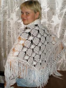 Белая треугольная шаль