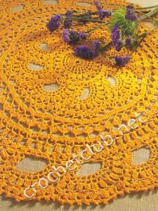 Вязаная желтая салфетка