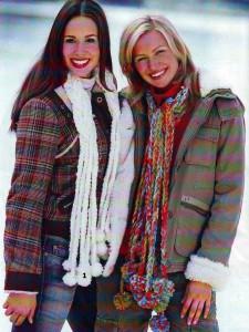 Белый и пестрый шарфы с косами