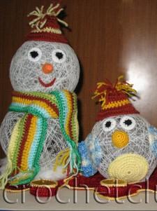 Вязаные снеговики на подставке