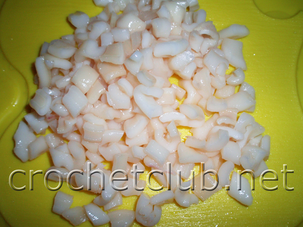 Салат консервированные кальмары и крабовые палочки